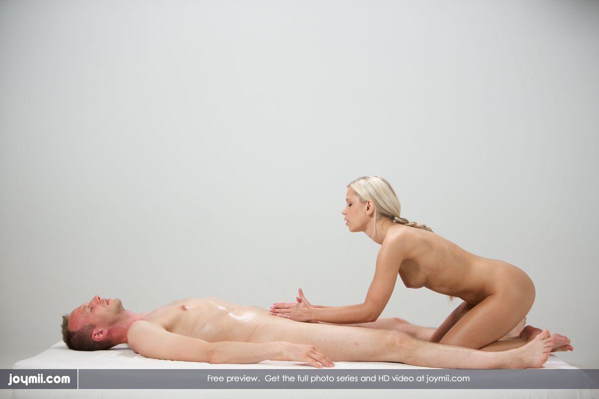 Lara masseert zijn dikke pik